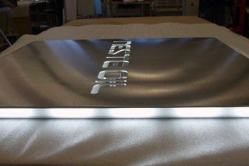 valomainoslaatikot profiili L1 - Neste Oil sisselõigatud logoga ja külgedelt valgustatud valguskast 6