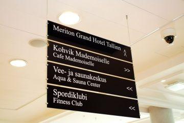 Mainoskyltit ja -taulut - Meriton Hotelli rippsildid mustast Plexiklaasist koos kleebistekstidega 14