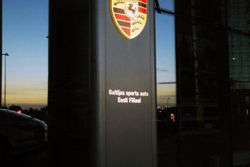 Valomainospylväät - Porsche reklaamtorn 7